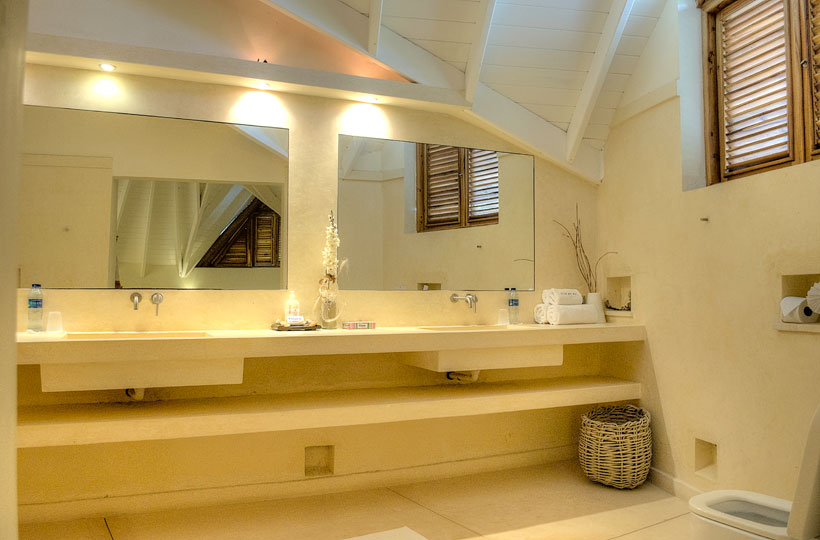 View of the bathroom of the first main bedroom of the Villa del Mar, facing the sea